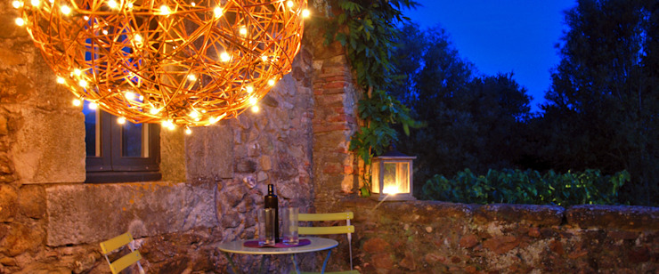 Bolas decorativas naturales con luz led. En la terraza. de OutSide Tech Light Rústico