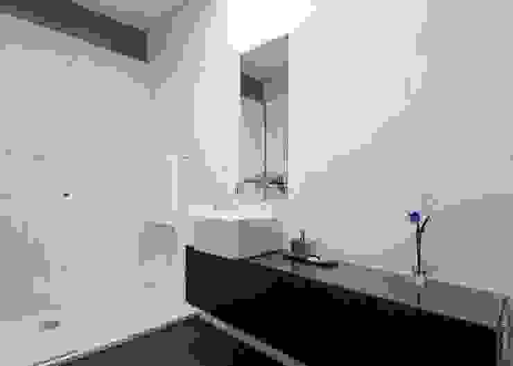 house 116 bo | bruno oliveira, arquitectura 現代浴室設計點子、靈感&圖片 大理石 White