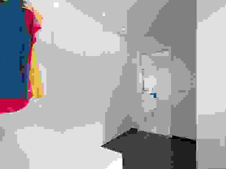 house 116 모던스타일 드레싱 룸 by bo | bruno oliveira, arquitectura 모던 엔지니어드 우드 투명