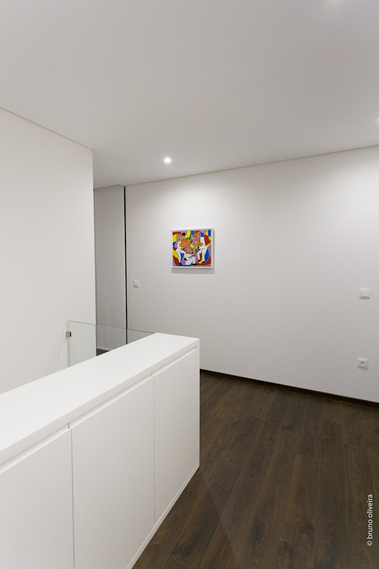 house 116 bo | bruno oliveira, arquitectura 現代風玄關、走廊與階梯 木頭 White