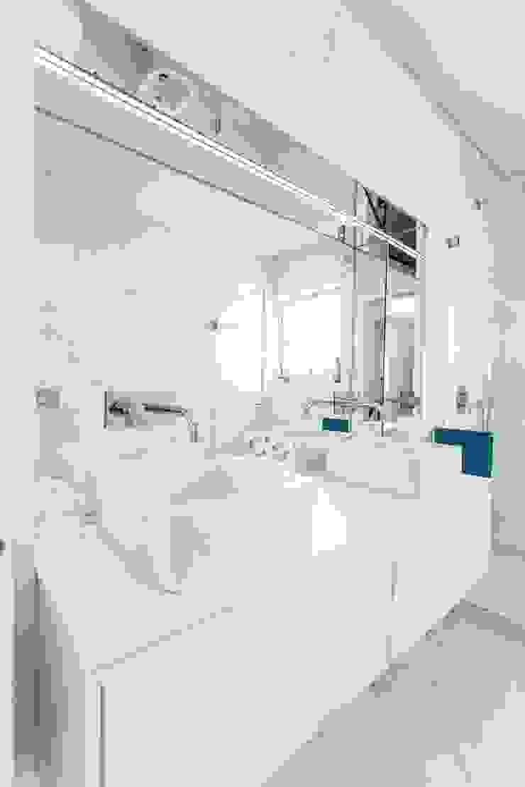 house 116 bo | bruno oliveira, arquitectura 現代浴室設計點子、靈感&圖片 陶器 White