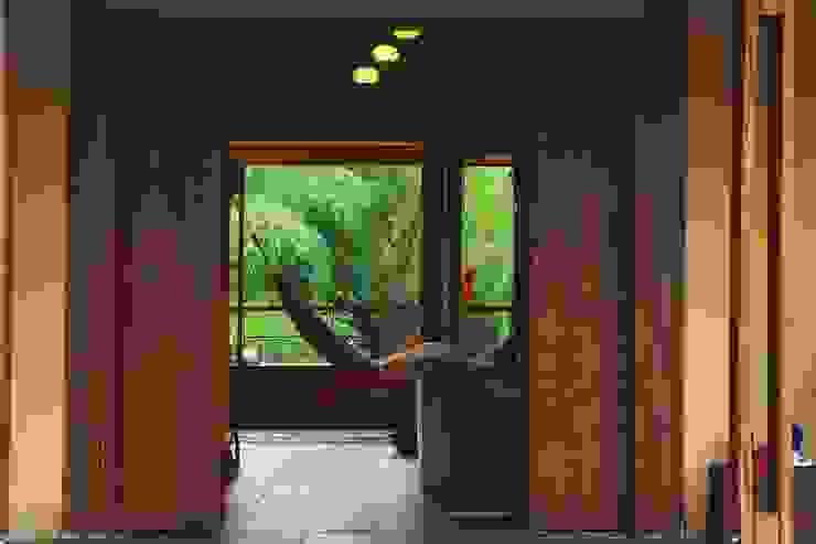 . Pasillos, vestíbulos y escaleras de estilo rústico de escala urbana arquitectura s.a.s. Rústico