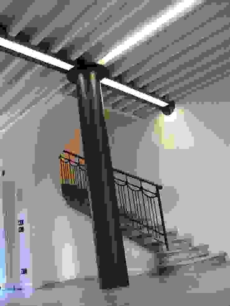 Colonna in acciaio, solaio in acciaio e legno RBM ASSOCIATI Soggiorno moderno