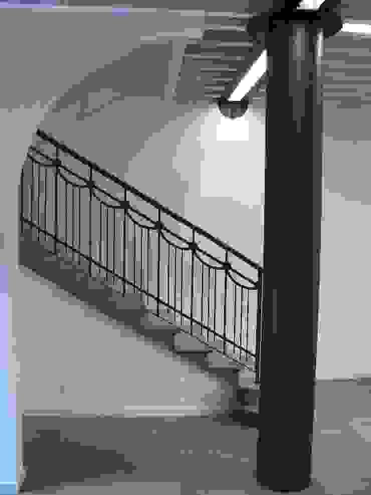 Colonna e scala recuperate RBM ASSOCIATI Ingresso, Corridoio & Scale in stile moderno