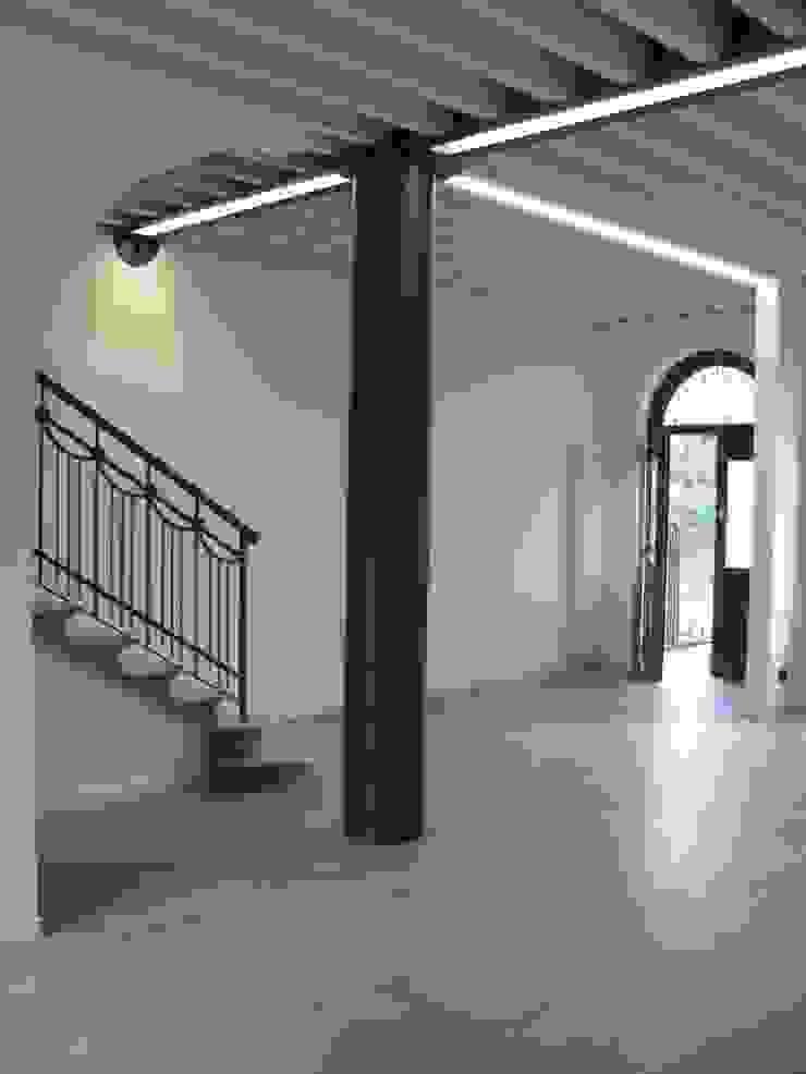 Ingresso RBM ASSOCIATI Ingresso, Corridoio & Scale in stile moderno