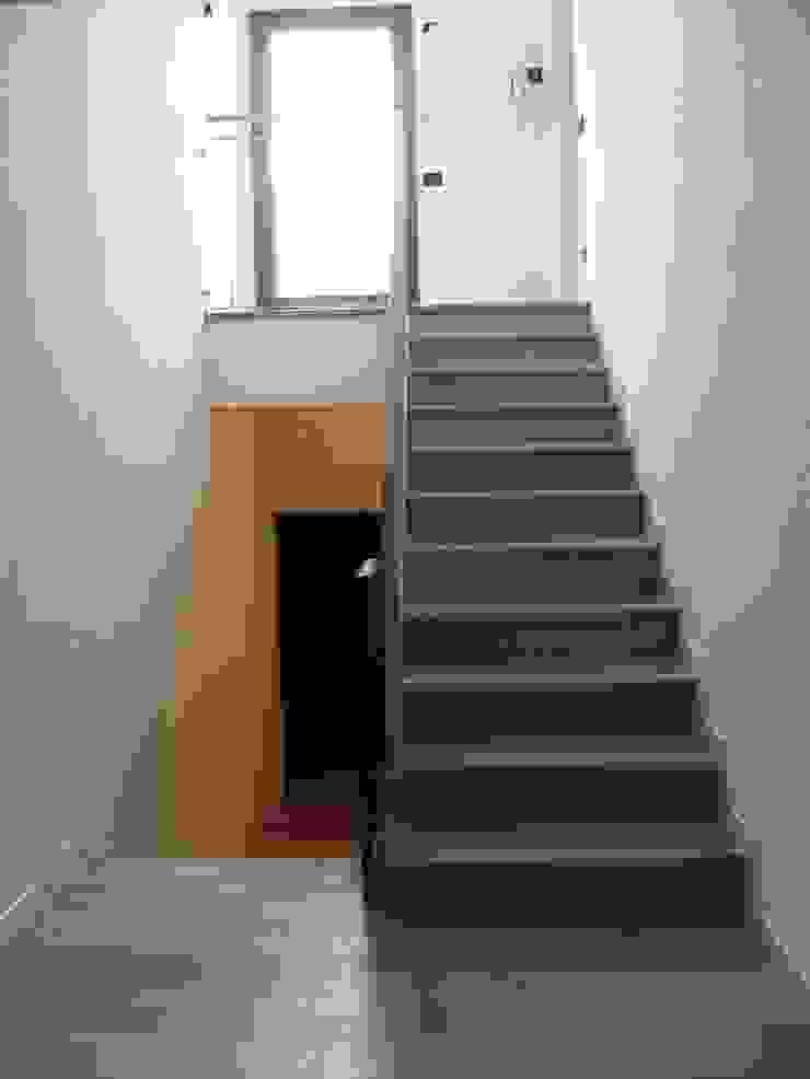 Scala verso il nuovo solaio RBM ASSOCIATI Ingresso, Corridoio & Scale in stile moderno