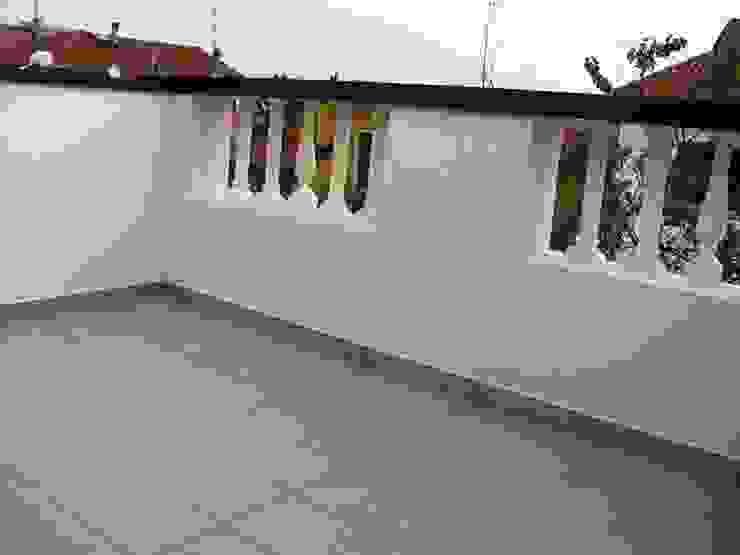 Nuova terrazza, particolare della balaustra esistente, recuperata RBM ASSOCIATI Balcone, Veranda & Terrazza in stile moderno
