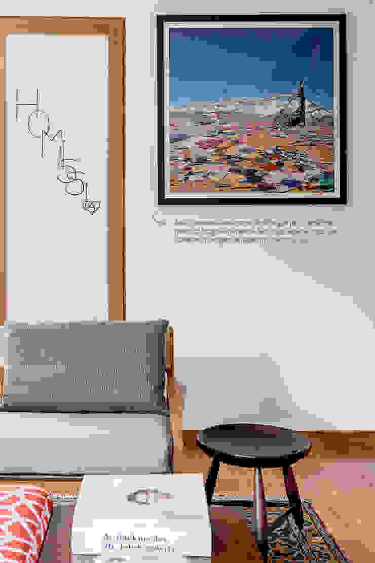 Paredes decoradas com fotografias. por Casa de Valentina Moderno