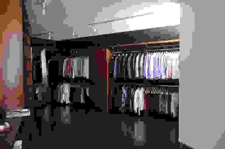 Modern dressing room by Vito Ascencio y Arquitectos Modern