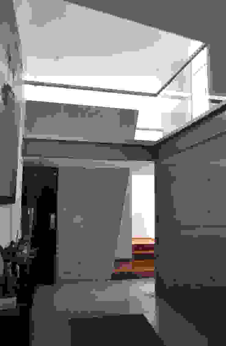 CASA FELIX Pasillos, vestíbulos y escaleras modernos de Vito Ascencio y Arquitectos Moderno