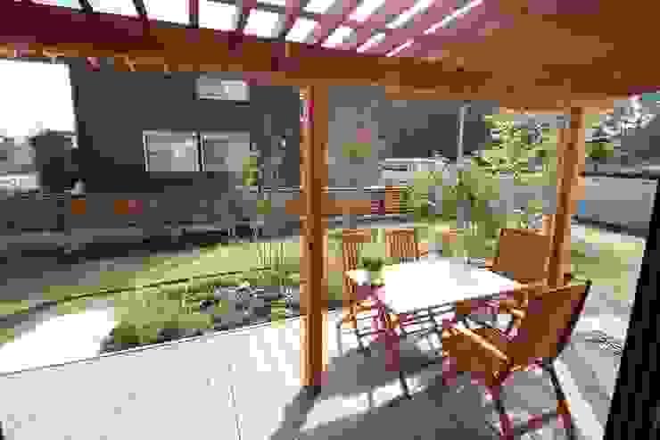 庭を楽しむ家 ラスティックデザインの テラス の 大出設計工房 OHDE ARCHITECT STUDIO ラスティック