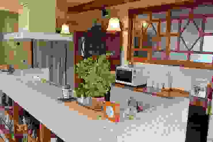 庭を楽しむ家 ラスティックデザインの キッチン の 大出設計工房 OHDE ARCHITECT STUDIO ラスティック