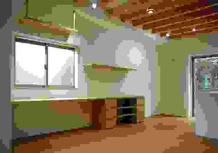 リビング棚 モダンデザインの リビング の 株式会社 岡﨑建築設計室 モダン