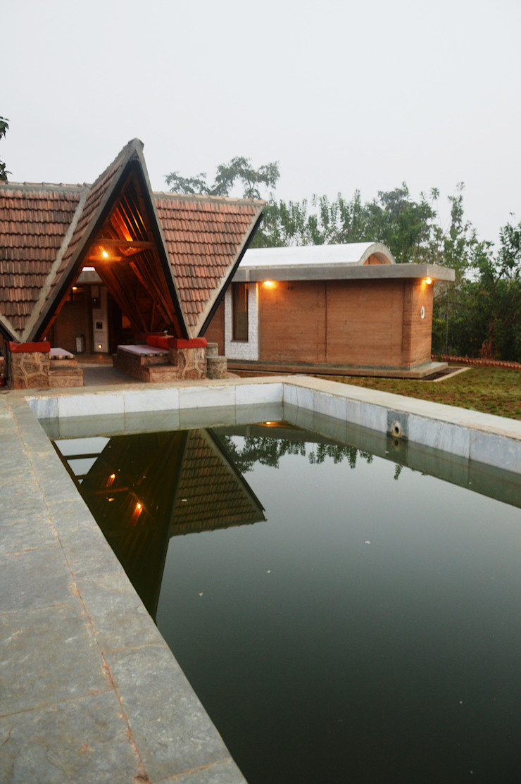 Bhatia Farm Residence Moderne Pools von The Vrindavan Project Modern