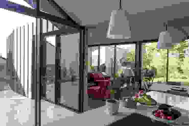 Столовая комната в стиле модерн от LAUS architectes Модерн