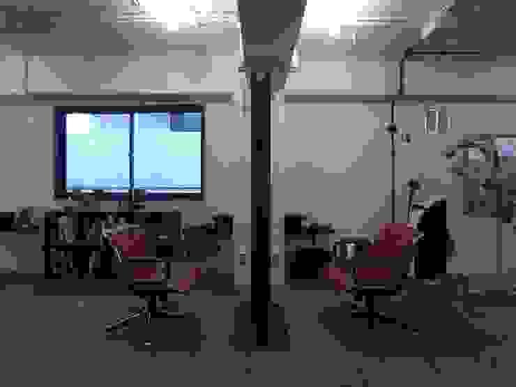 S. ラスティックな商業空間 の <DISPENSER>architects 小野修 一級建築士事務所 ラスティック コンクリート