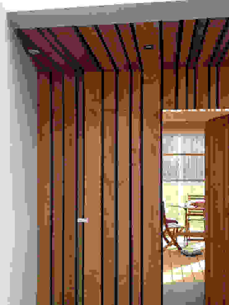 Pasillos, vestíbulos y escaleras de estilo rural de LAUS architectes Rural