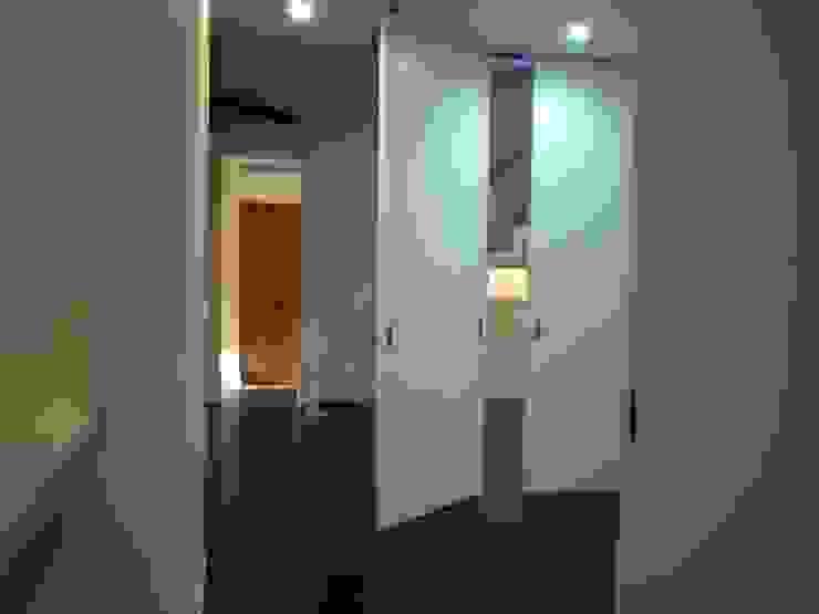 集まるイレモノ モダンスタイルの 玄関&廊下&階段 の OZAWA設計室一級建築士事務所 モダン
