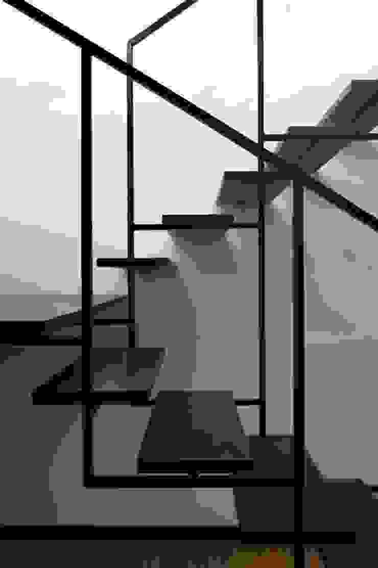 VIVIENDA UNIFAMILIAR EN LA PLAYA DE ESPIÑEIRO Pasillos, vestíbulos y escaleras de estilo moderno de EPB42 Arquitectura y Planeamiento, S.L Moderno
