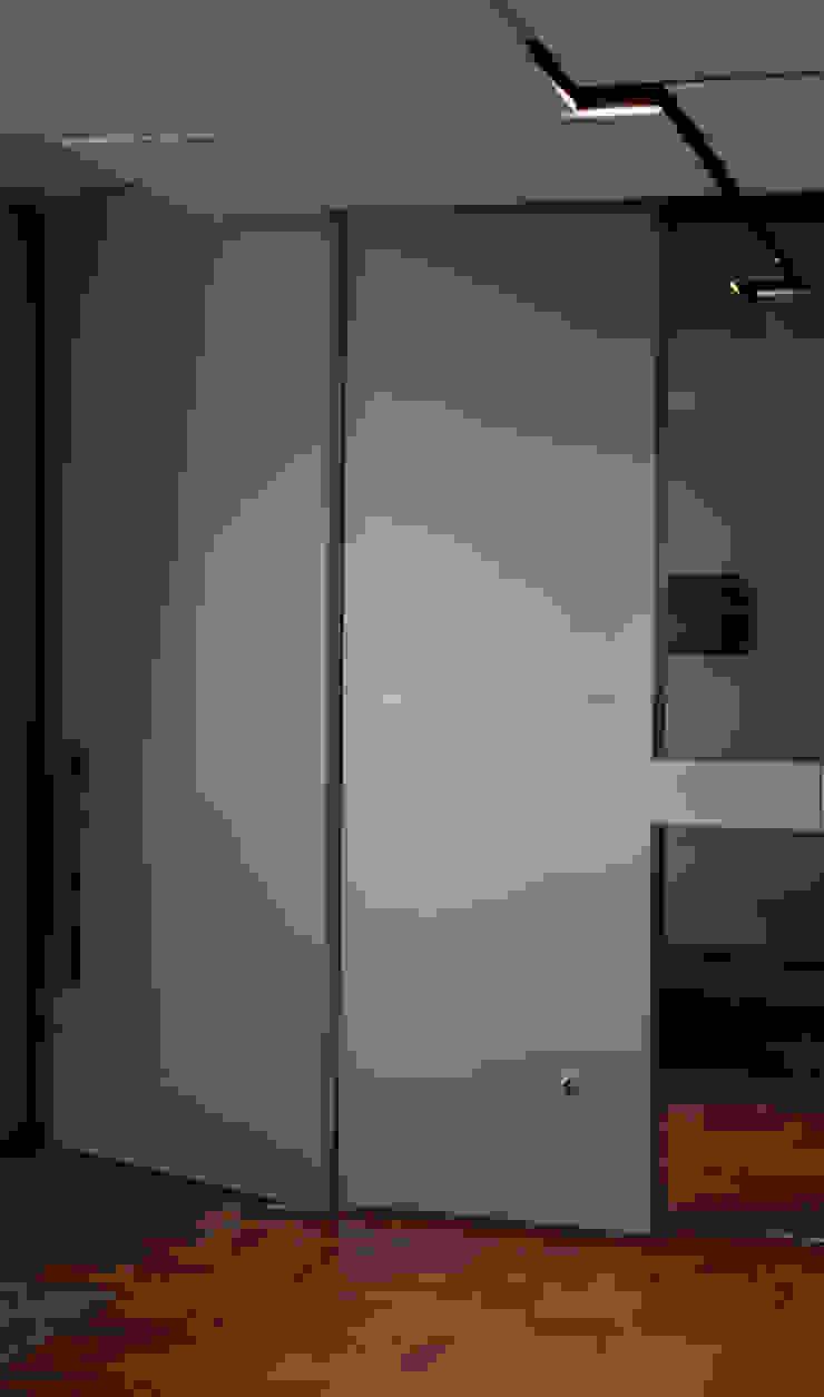 Modern Corridor, Hallway and Staircase by ARQdonini Arquitetos Associados Modern