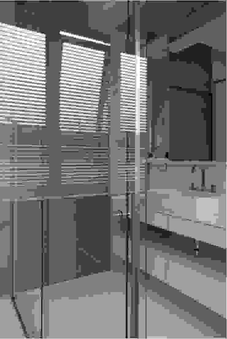 Modern Bathroom by ARQdonini Arquitetos Associados Modern