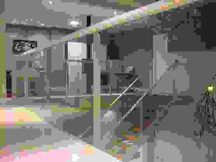 Vivienda Julio Galio, 13 Pasillos, vestíbulos y escaleras de estilo moderno de Soluziona Arquitectura Moderno