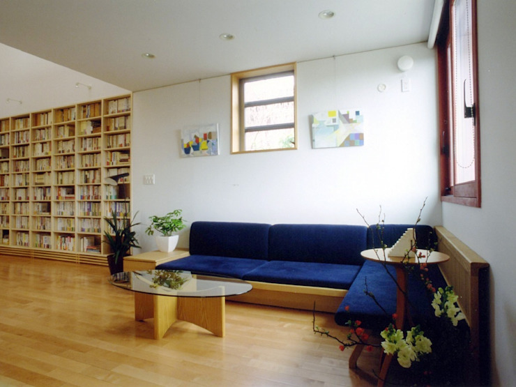 本棚に囲まれた一室空間の家 北欧デザインの リビング の 一級建築士事務所 株式会社 空間スタジオ 北欧