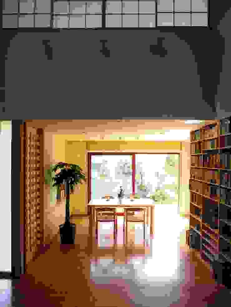 本棚に囲まれた一室空間の家 オリジナルデザインの ダイニング の 一級建築士事務所 株式会社 空間スタジオ オリジナル