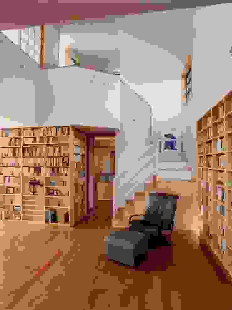 本棚に囲まれた一室空間の家 北欧スタイルの 玄関&廊下&階段 の 一級建築士事務所 株式会社 空間スタジオ 北欧