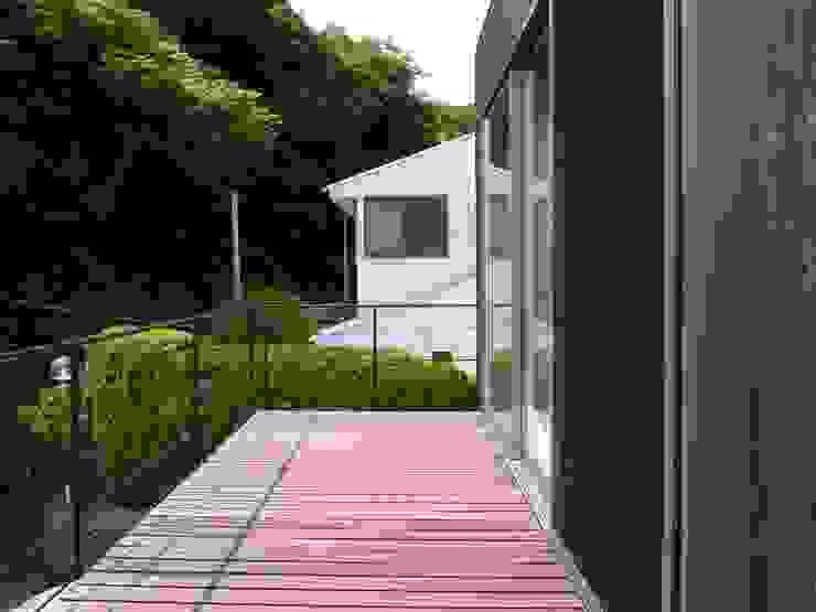 山の根の住宅 モダンデザインの テラス の アーキグラフデザイン モダン