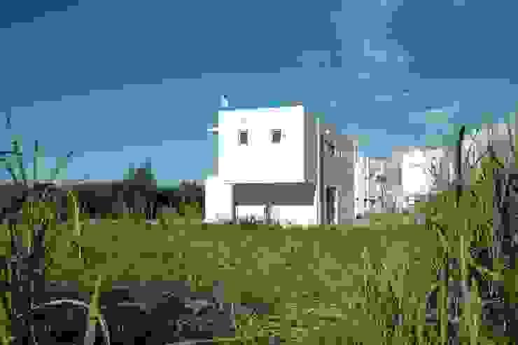 現代房屋設計點子、靈感 & 圖片 根據 (有)アマ設計事務所 現代風