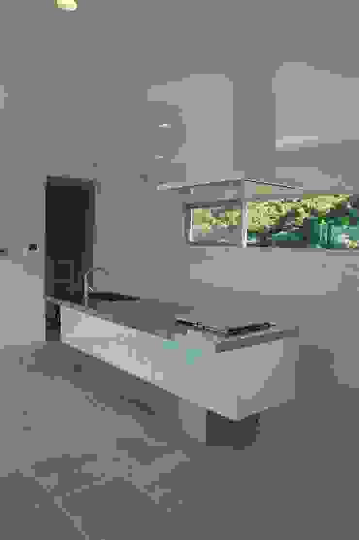 現代廚房設計點子、靈感&圖片 根據 (有)アマ設計事務所 現代風