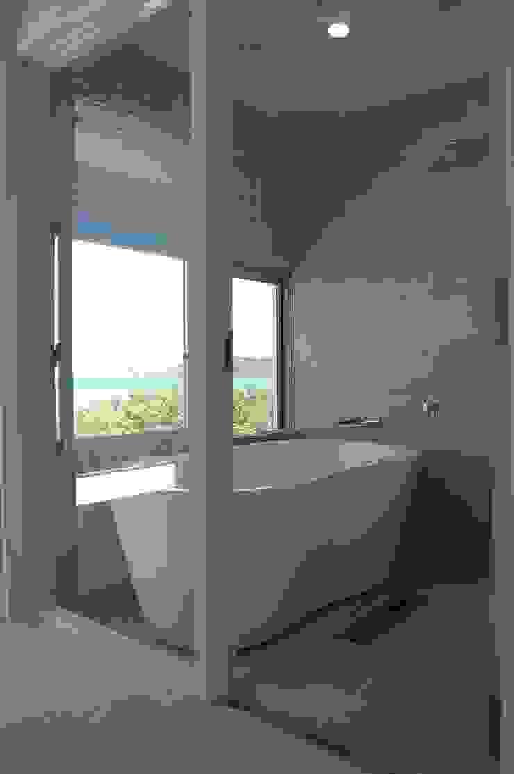 現代浴室設計點子、靈感&圖片 根據 (有)アマ設計事務所 現代風