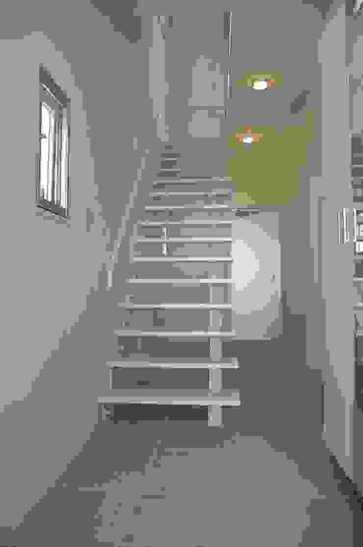現代風玄關、走廊與階梯 根據 (有)アマ設計事務所 現代風