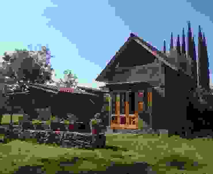 REFUGIO DE LAS MARIPOSAS MORO TALLER DE ARQUITECTURA Casas rústicas