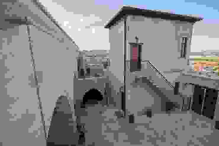 Balcones y terrazas de estilo rústico de Kayakapi Premium Caves - Cappadocia Rústico