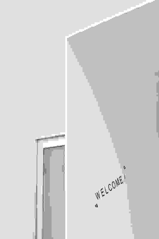 鳴滝の住居 モダンスタイルの 玄関&廊下&階段 の carve.建築設計 モダン
