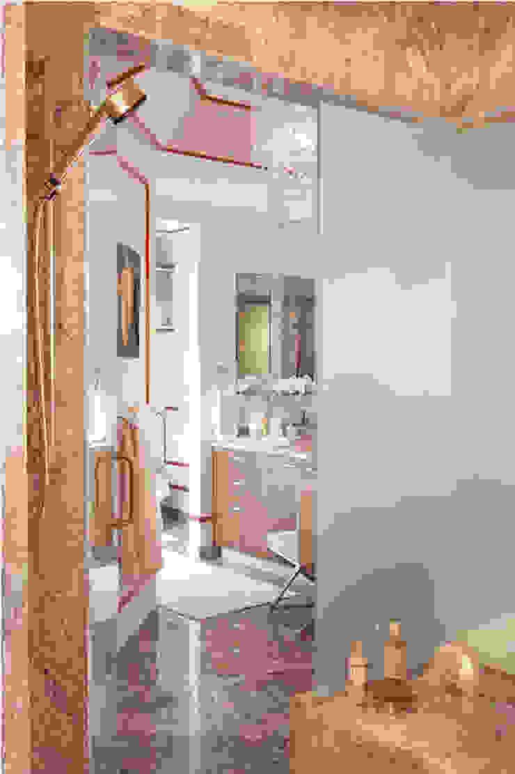 Apartment Modern bathroom by Saloni Design Modern