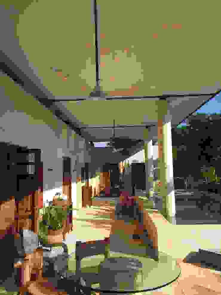Бассейн в тропическом стиле от Degetau Arquitectura y Diseño Тропический Изделия из древесины Прозрачный