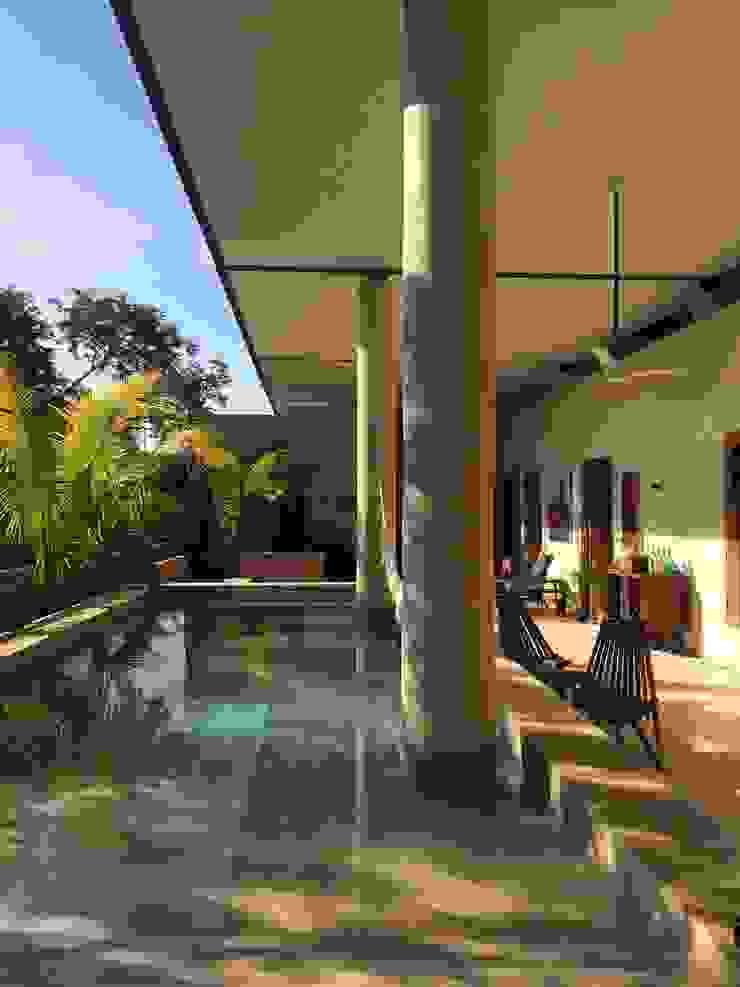 Бассейн в тропическом стиле от Degetau Arquitectura y Diseño Тропический