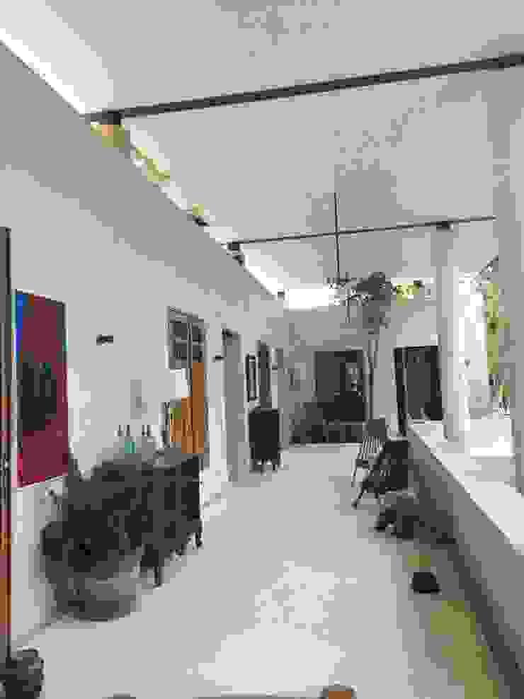 Коридор, прихожая и лестница в тропическом стиле от Degetau Arquitectura y Diseño Тропический