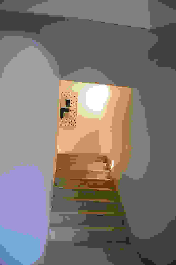 Escalera a recamaras Pasillos, vestíbulos y escaleras eclécticos de CH Proyectos Ecléctico