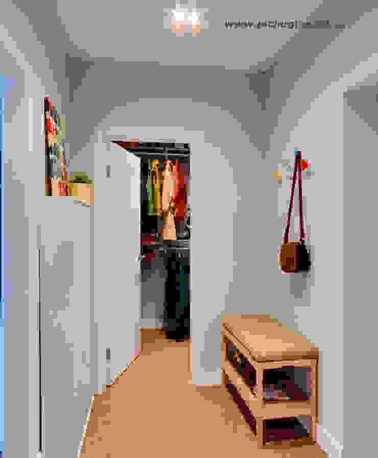 Квартира-студия для молодой семьи Коридор, прихожая и лестница в скандинавском стиле от Tatyana Pichugina Design Скандинавский