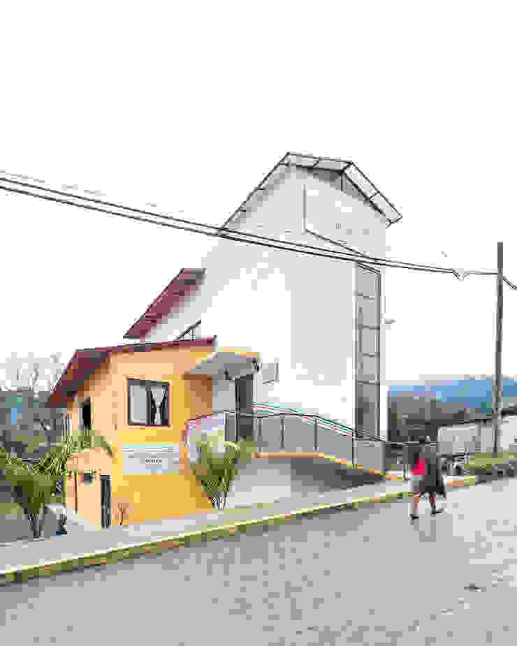 Casa de la mujer indígena 6 Espacios comerciales de estilo clásico de Komoni Arquitectos Clásico Vidrio