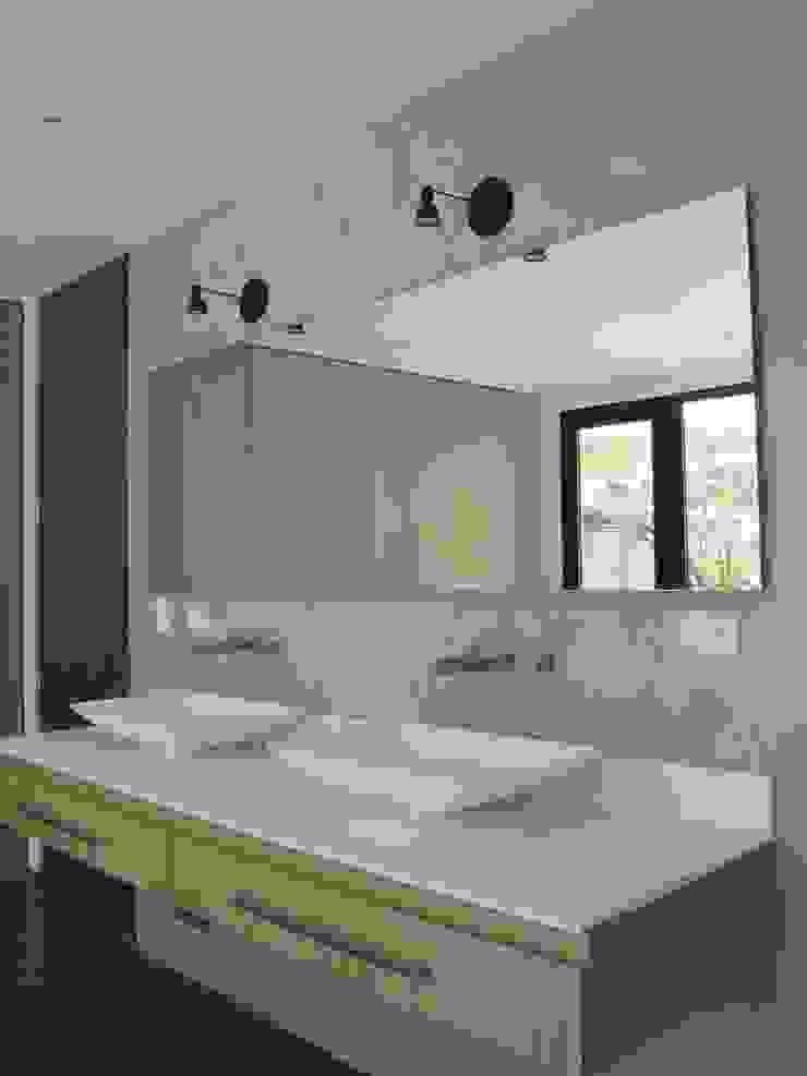 APTO MEJIA – MORA Baños de estilo moderno de unouno estudio Moderno