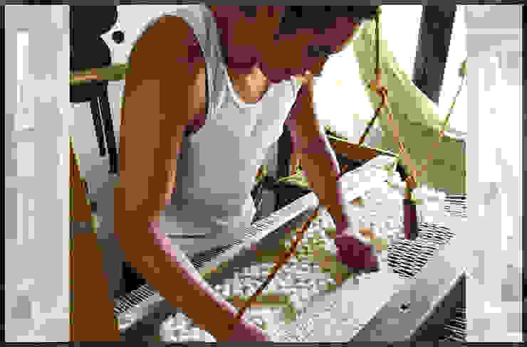 Elton Gonzalez en telar de pedal de Tapetes Gualupita Moderno Textil Ámbar/Dorado