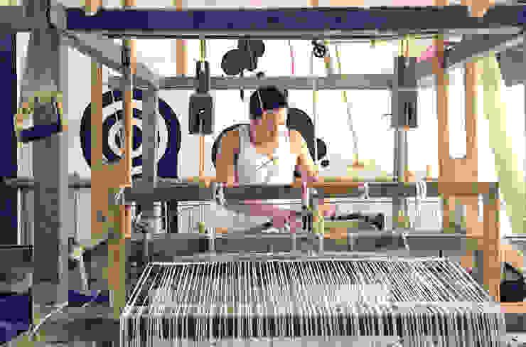 Elton Gonzalez en telar de pedal de Tapetes Gualupita Moderno Lana Naranja