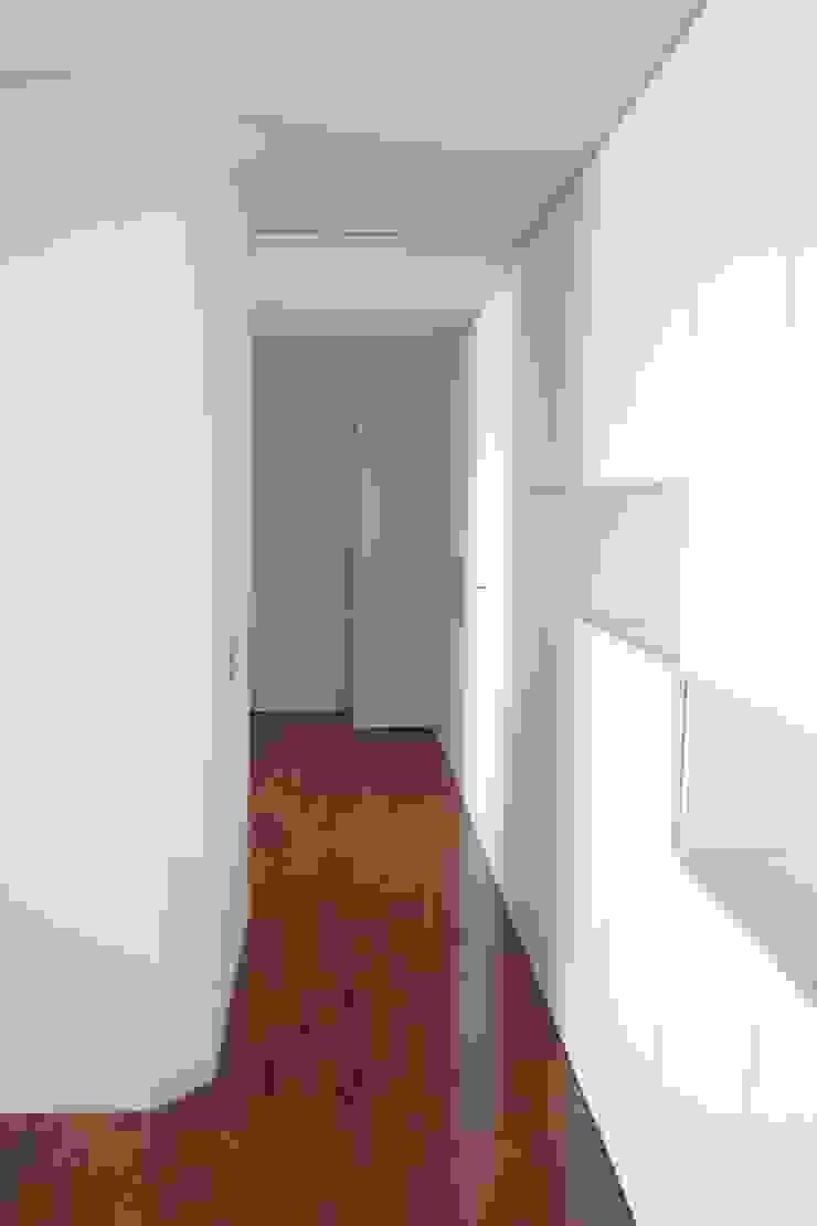 Apartamento no Porto Corredores, halls e escadas minimalistas por bkx arquitectos Minimalista