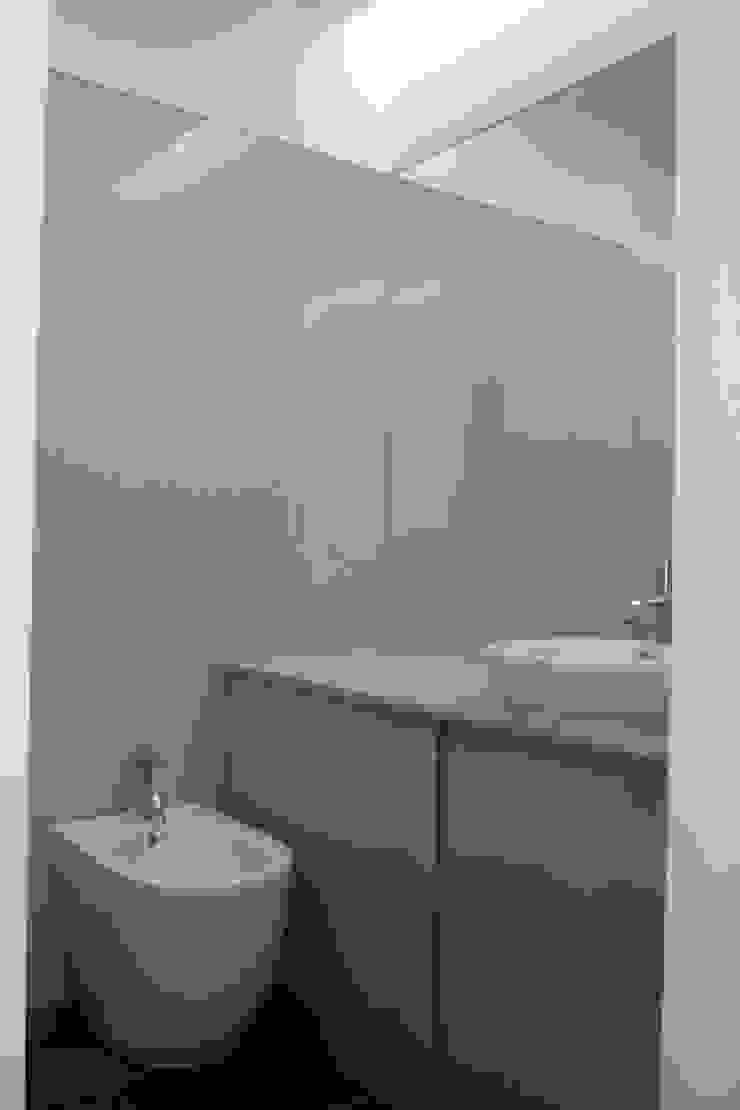 Apartamento no Porto Casas de banho minimalistas por bkx arquitectos Minimalista