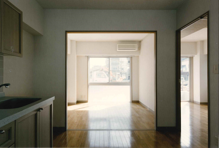 N邸+賃貸集合住宅 オリジナルデザインの キッチン の プランニングシステム株式会社 オリジナル 合成繊維 ブラウン